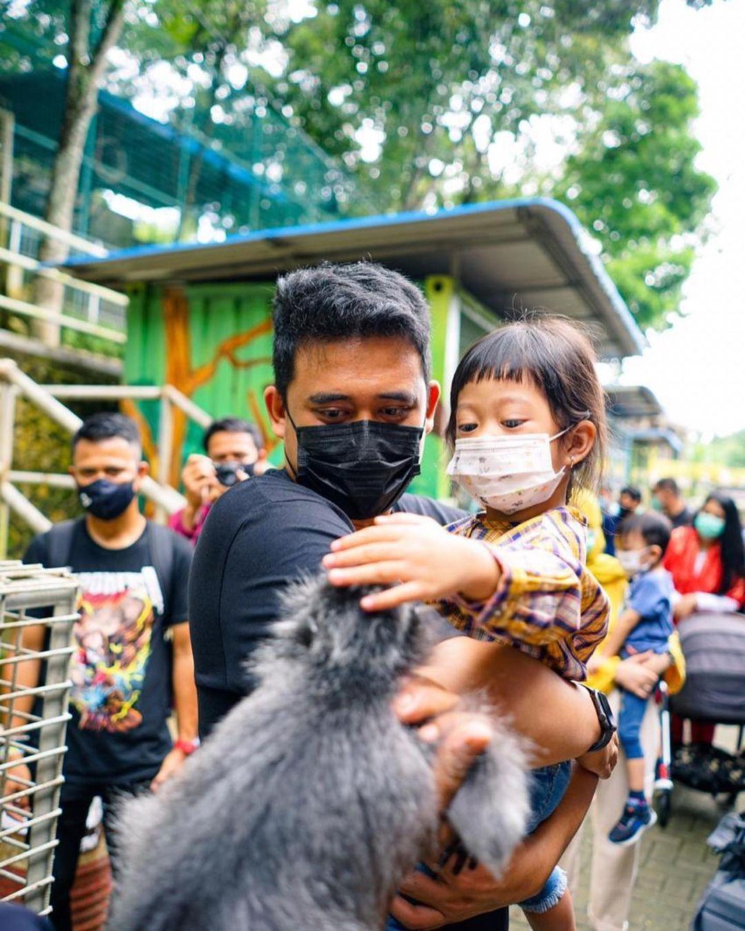 7 Potret Bobby Nasution Momong Anak, Ayah Idaman Banget - Foto 1