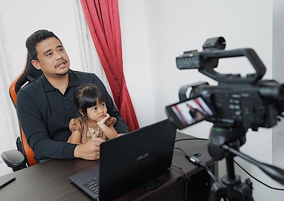7 Potret Bobby Nasution Momong Anak, Ayah Idaman Banget - Foto 2