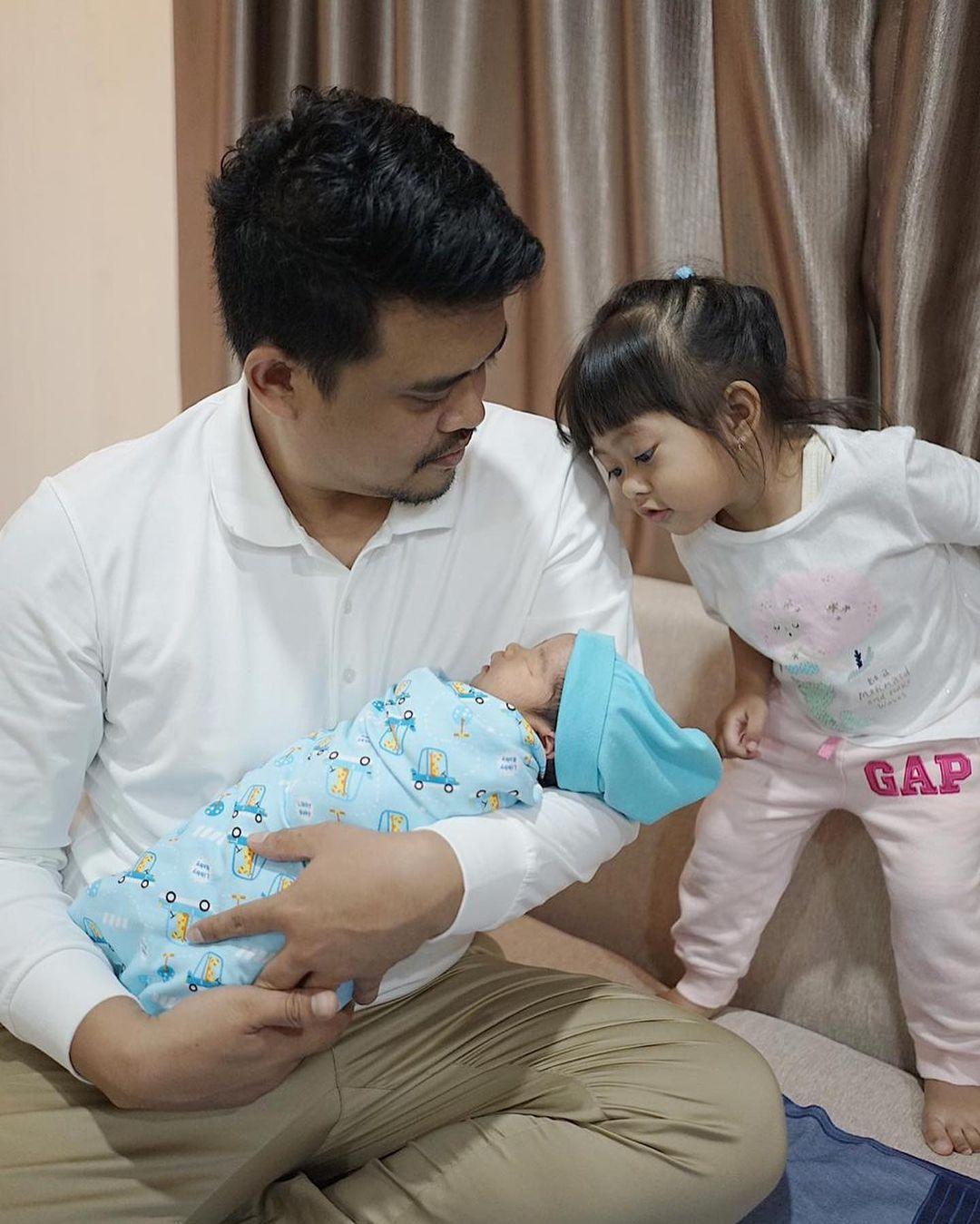 7 Potret Bobby Nasution Momong Anak, Ayah Idaman Banget - Foto 3