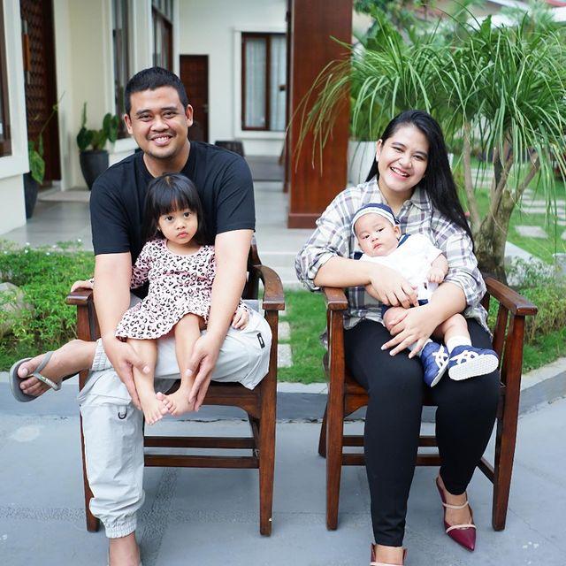 7 Potret Bobby Nasution Momong Anak, Ayah Idaman Banget - Foto 4