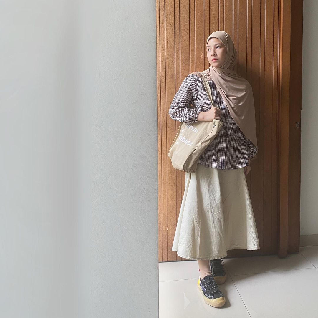 7 Inspirasi OOTD Hijab dan Rok Panjang Ala Natasha Rizki, Gemas Banget - Foto 7