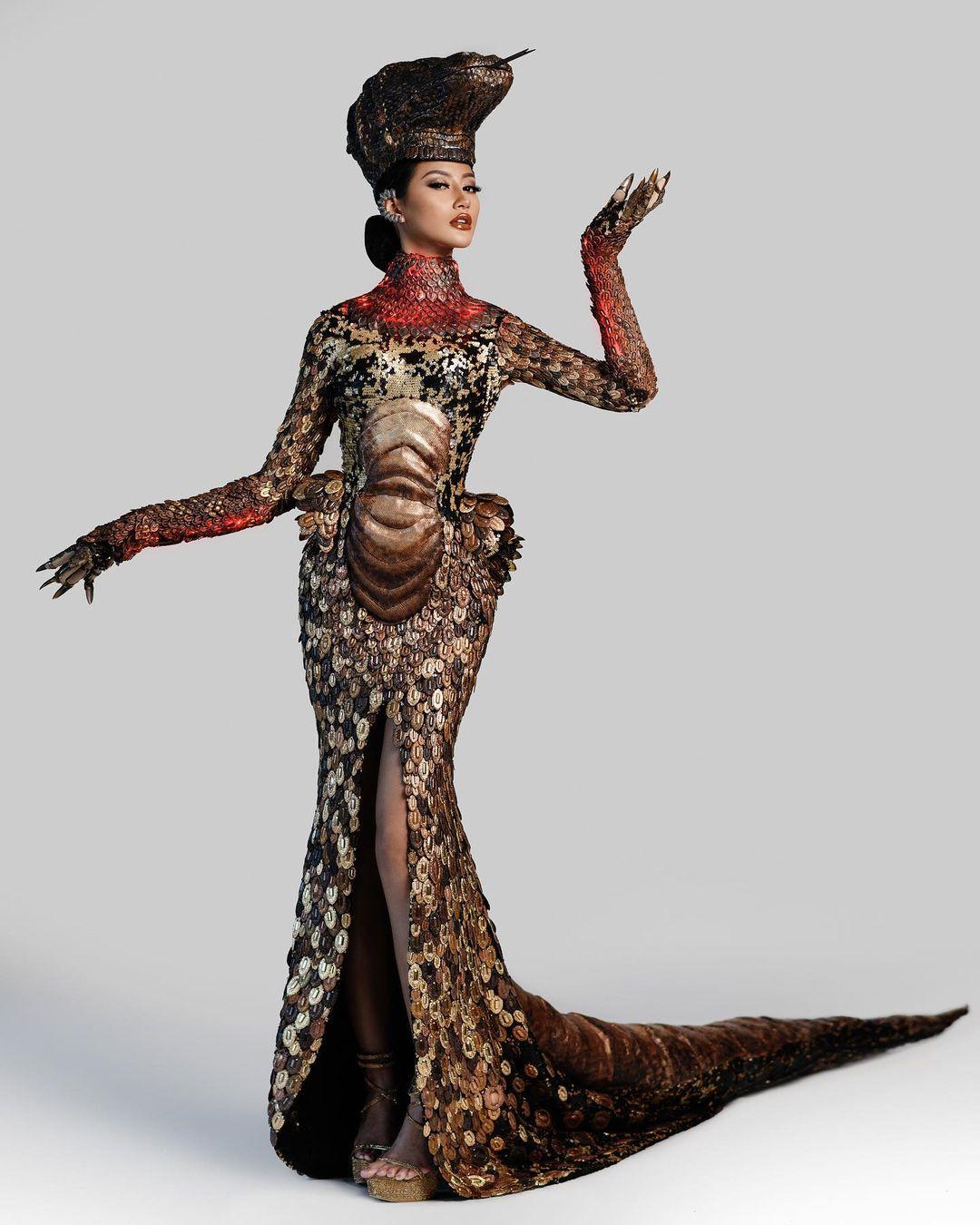 Ayu Maulida Pakai Kostum Komodo di Miss Universe 2020, Terbuat dari 5.000 Potongan Logam - Foto 2