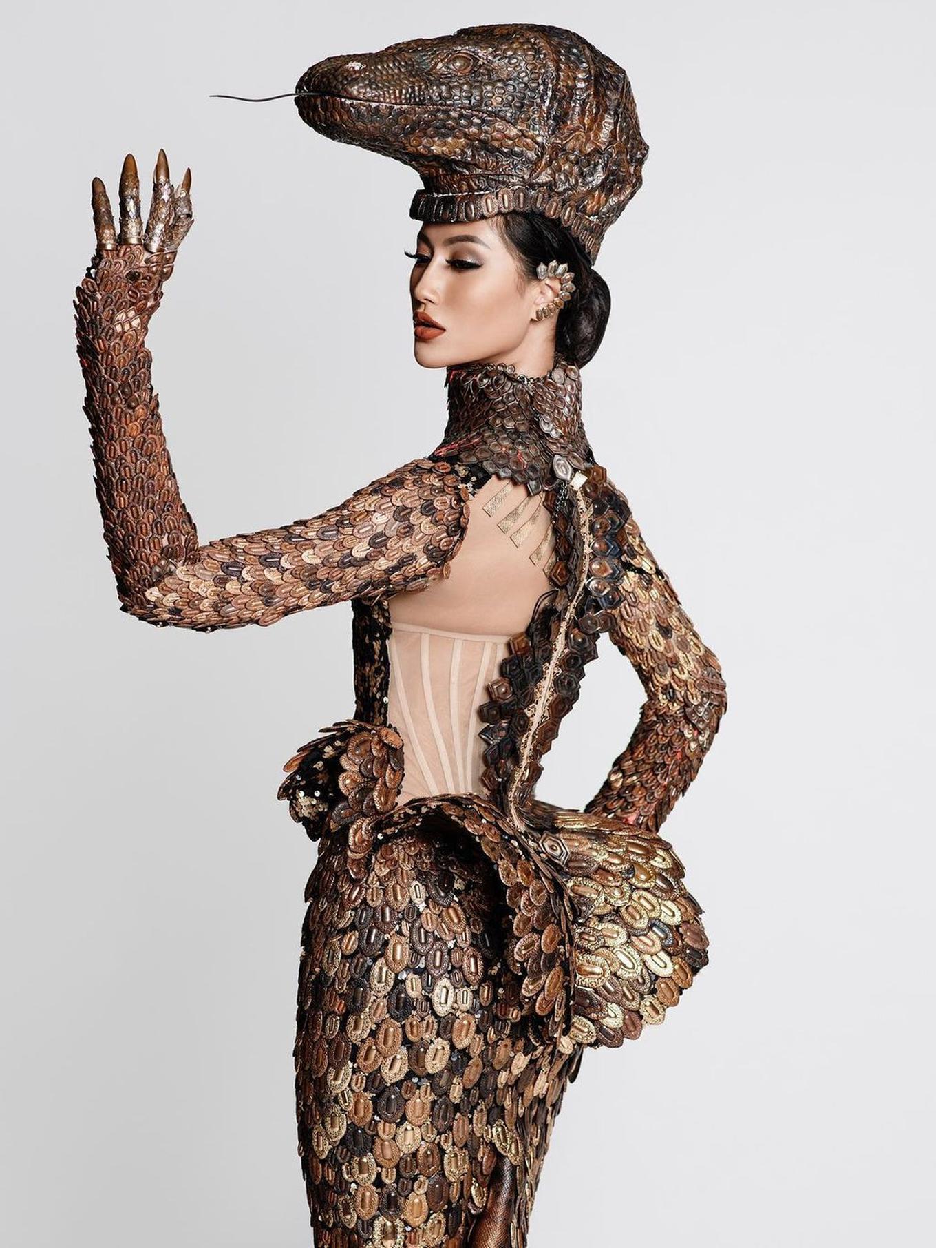 Ayu Maulida Pakai Kostum Komodo di Miss Universe 2020, Terbuat dari 5.000 Potongan Logam - Foto 1