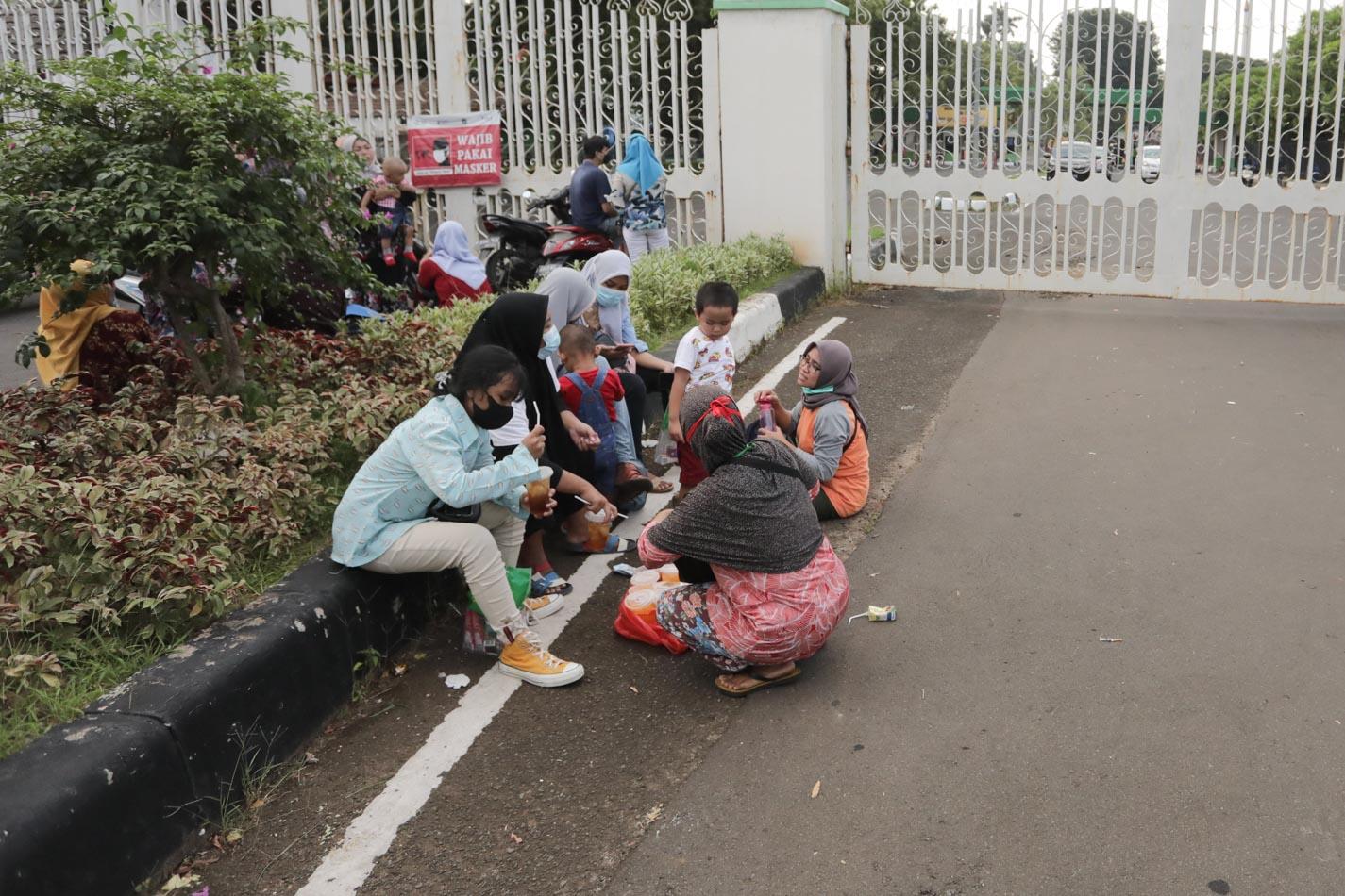TMII Buka Tutup Gerbang, Pengunjung Menunggu di Pintu Masuk - Foto 2