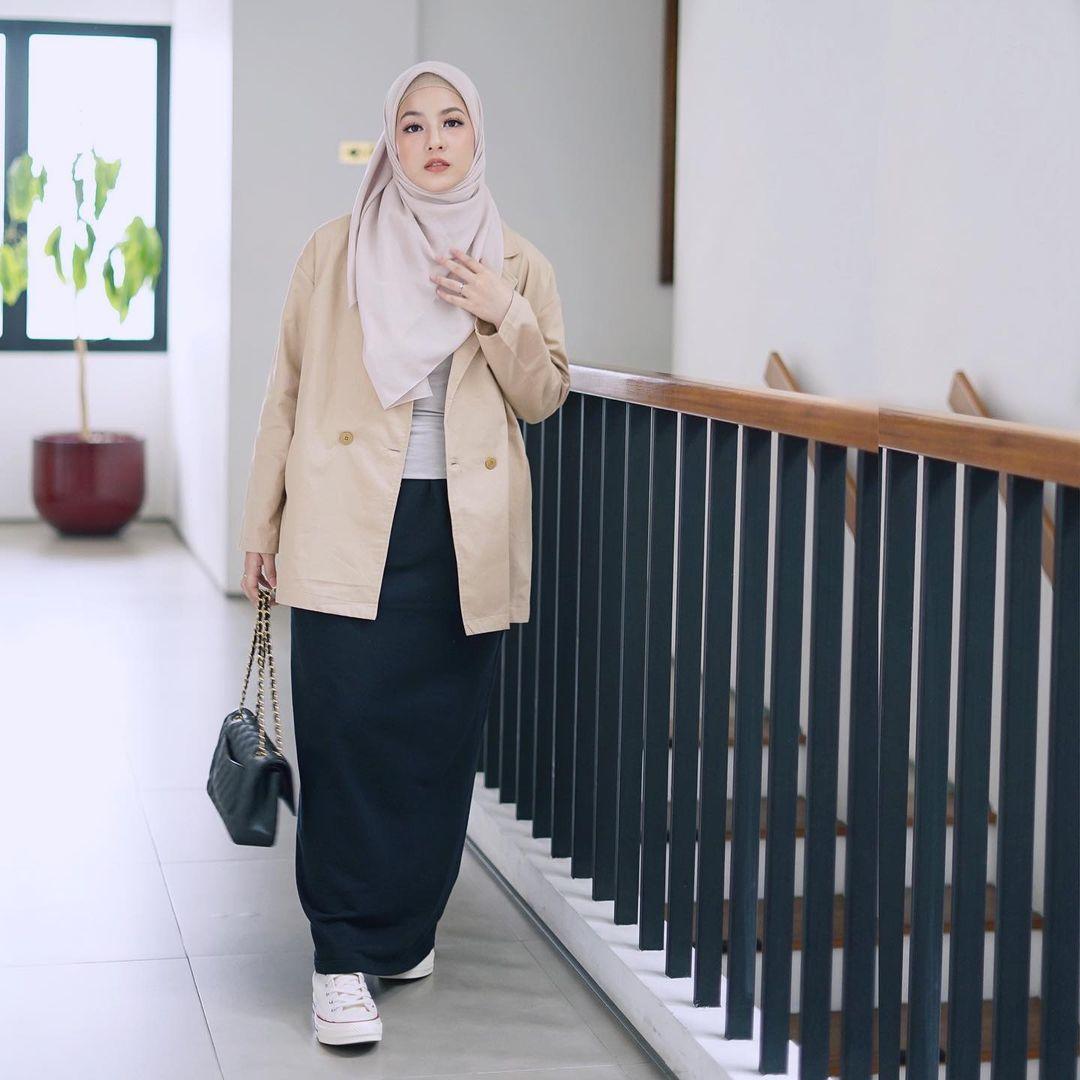 7 Inspirasi OOTD Hijab dan Rok Panjang Ala Natasha Rizki, Gemas Banget - Foto 1