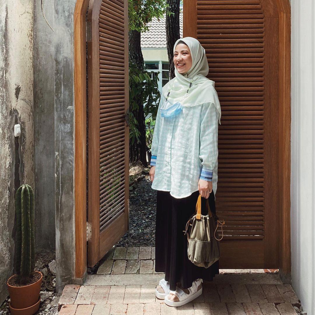 7 Inspirasi OOTD Hijab dan Rok Panjang Ala Natasha Rizki, Gemas Banget - Foto 2