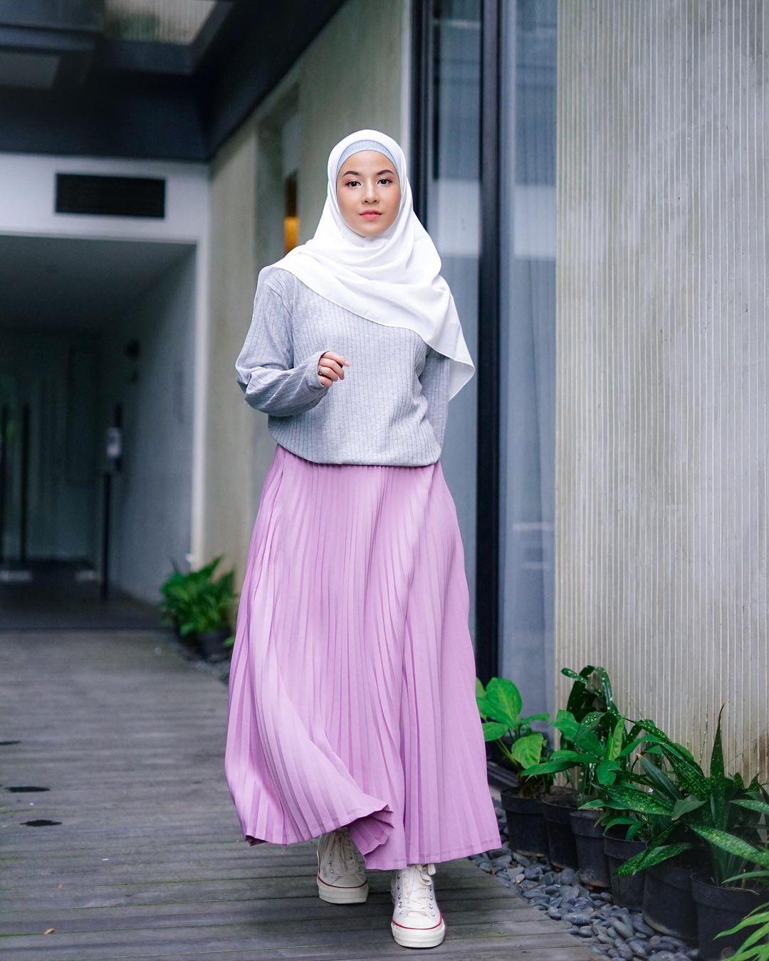 7 Inspirasi OOTD Hijab dan Rok Panjang Ala Natasha Rizki, Gemas Banget - Foto 3