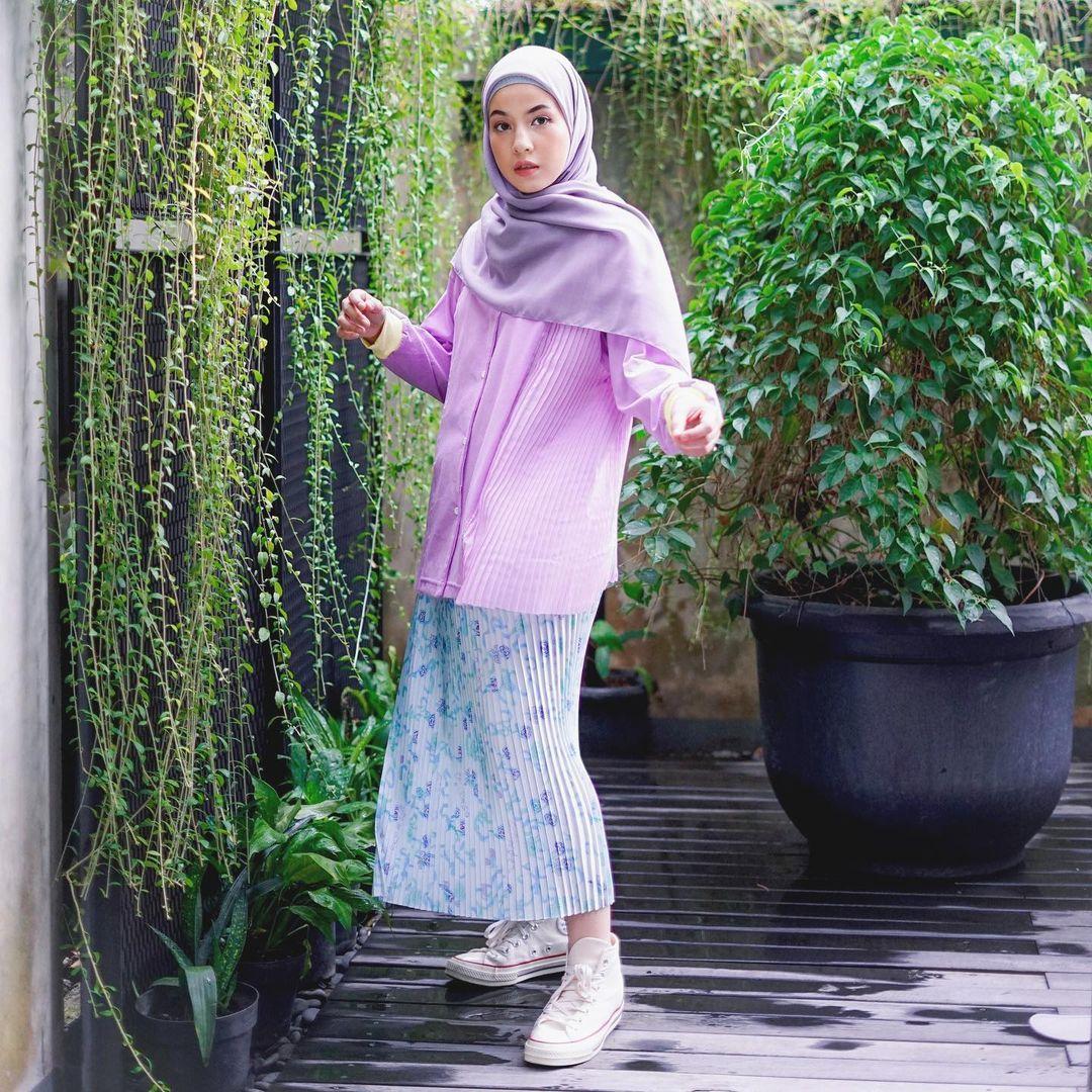 7 Inspirasi OOTD Hijab dan Rok Panjang Ala Natasha Rizki, Gemas Banget - Foto 4