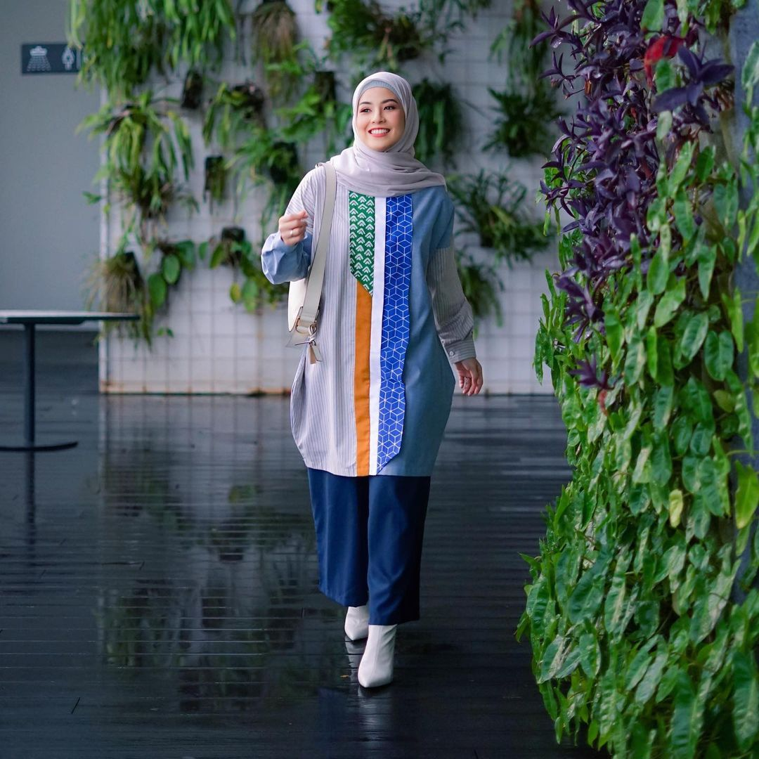7 Inspirasi OOTD Hijab dan Rok Panjang Ala Natasha Rizki, Gemas Banget - Foto 5