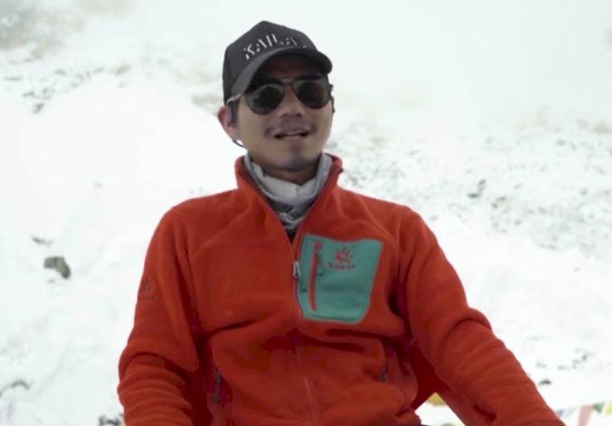 Salut! Pria Ini Jadi Tunanetra Asal Asia Pertama yang Berhasil Mendaki Gunung Everest - Foto 2
