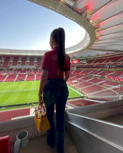5 Potret Georgina Kekasih Ronaldo Pakai Jersey Portugal, Rambut Kuncir Kuda - Foto 3