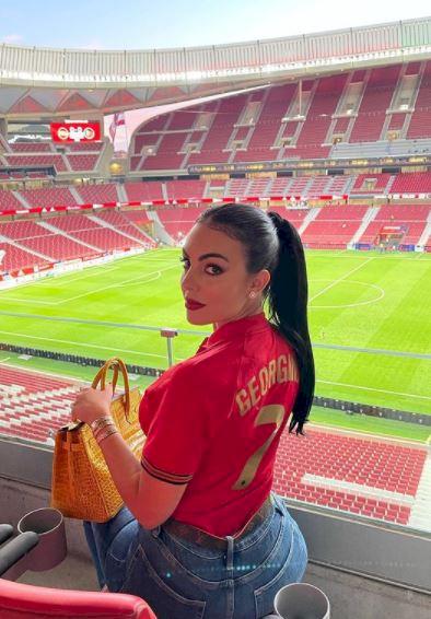 5 Potret Georgina Kekasih Ronaldo Pakai Jersey Portugal, Rambut Kuncir Kuda - Foto 2
