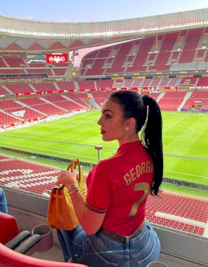 5 Potret Georgina Kekasih Ronaldo Pakai Jersey Portugal, Rambut Kuncir Kuda - Foto 1