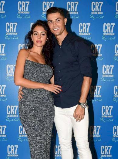 5 Potret Georgina Kekasih Ronaldo Pakai Jersey Portugal, Rambut Kuncir Kuda - Foto 4