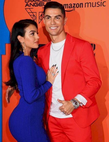 5 Potret Georgina Kekasih Ronaldo Pakai Jersey Portugal, Rambut Kuncir Kuda - Foto 5