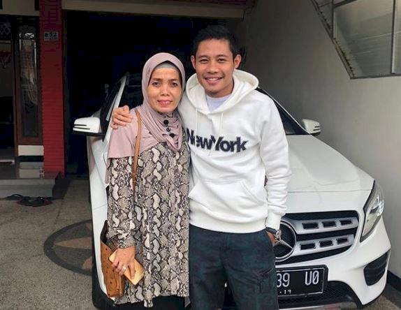 5 Momen Hangat Kapten Timnas Evan Dimas bareng Keluarga, Sayang Ibu dan Istri - Foto 1