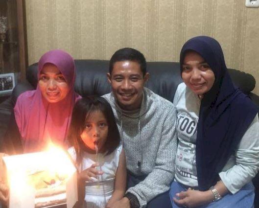 5 Momen Hangat Kapten Timnas Evan Dimas bareng Keluarga, Sayang Ibu dan Istri - Foto 2