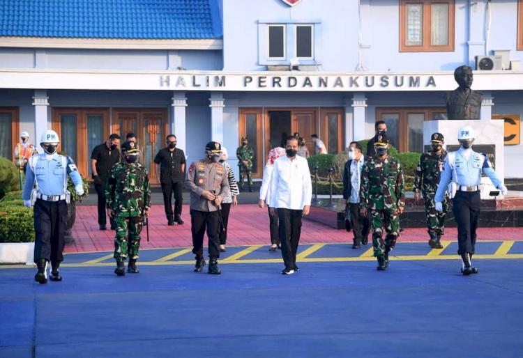 Naiki Pesawat Khusus, Ini 5 Potret Presiden Jokowi Tinjau Bandara Soedirman Purbalingga - Foto 1