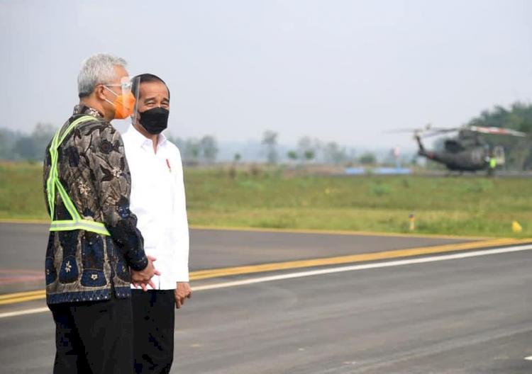 Naiki Pesawat Khusus, Ini 5 Potret Presiden Jokowi Tinjau Bandara Soedirman Purbalingga - Foto 5