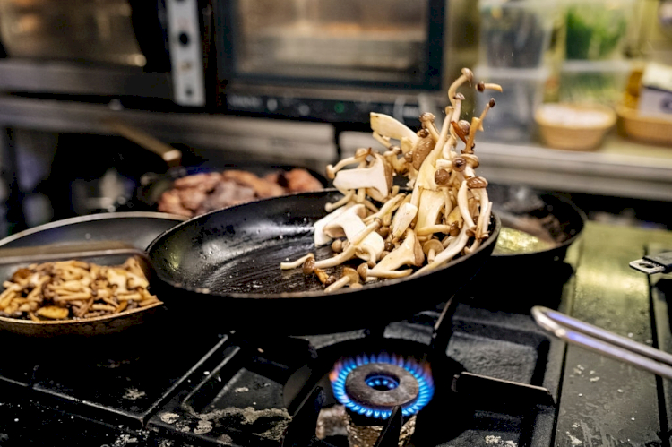 Resep Mudah Membuat Yamin Hijau dengan Topping Ayam Jamur, Enak dan Mudah - Foto 2
