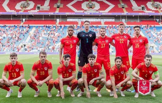 Tak Pernah Rapi, 5 Gaya Foto Tim Skuad Wales yang Bikin Gagal Paham - Foto 2