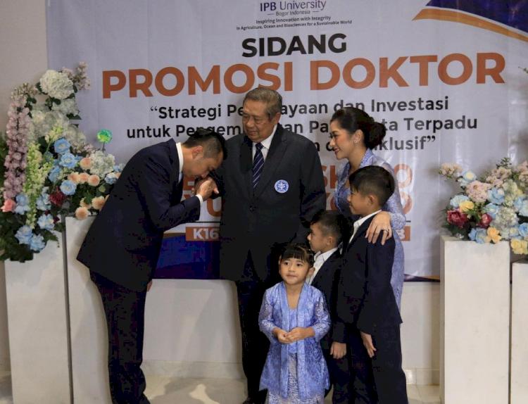 7 Momen Sidang Promosi Doktor Ibas Yudhoyono, Penuh Suka Cita - Foto 4