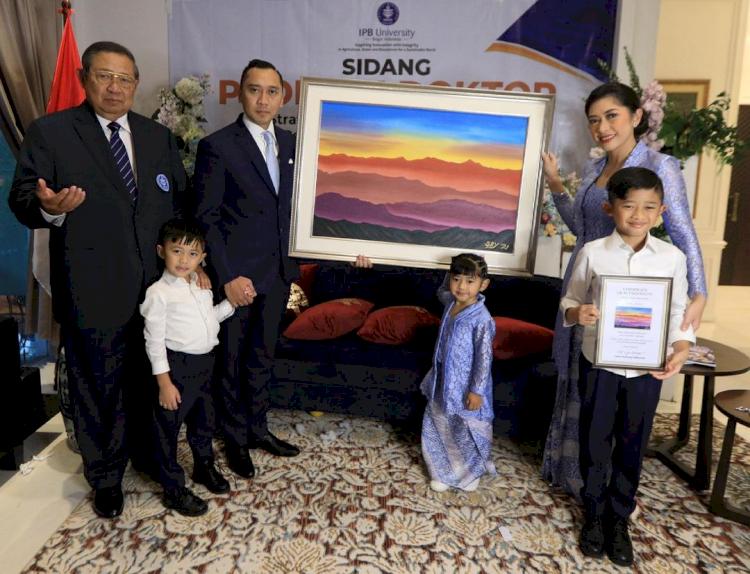 7 Momen Sidang Promosi Doktor Ibas Yudhoyono, Penuh Suka Cita - Foto 5