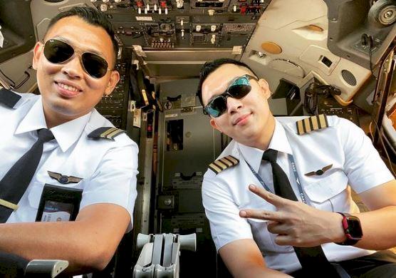 5 Potret Gagah Bona Septano Adik Markis Kido yang Kini menjadi Pilot - Foto 1