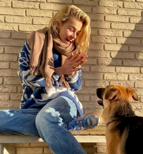 5 Potret Manis AnneKee Molenaar Kekasih Matthijs de Ligt dengan Anjing Peliharaan - Foto 1