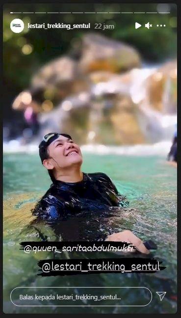 Bikin Heboh Warganet, 7 Potret Sarita Abdul Mukti Lepas Hijab Saat Liburan - Foto 4