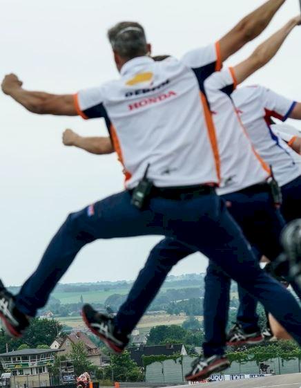5 Foto Momen Emosional Marc Marquez Juarai MotoGP Jerman, 581 Hari Kembali ke Puncak - Foto 2