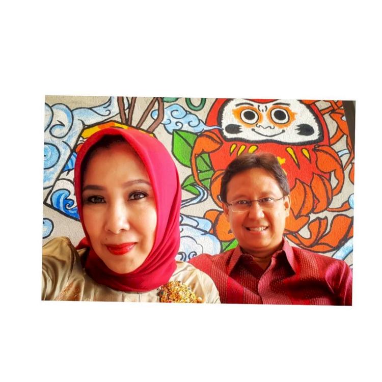 6 Potret Harmonis Menkes Budi Gunadi Sadikin dan Istri, Mesra di Berbagai Kesempatan - Foto 3