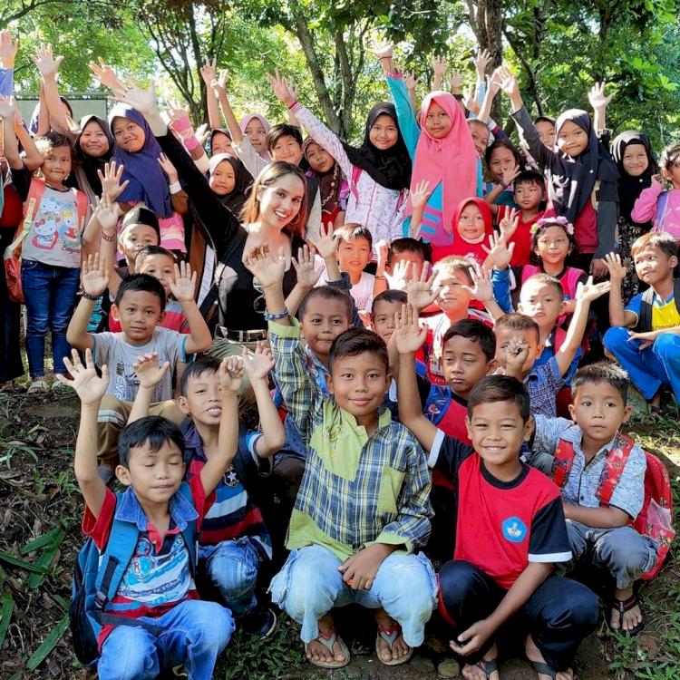Peduli Pendidikan, 7 Potret Cinta Laura Kunjungi Anak Pedalaman - Foto 1