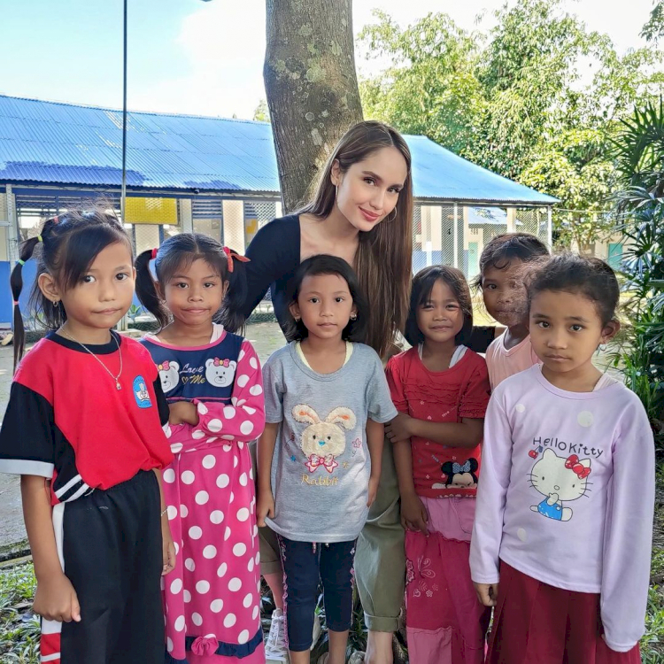 Peduli Pendidikan, 7 Potret Cinta Laura Kunjungi Anak Pedalaman - Foto 2