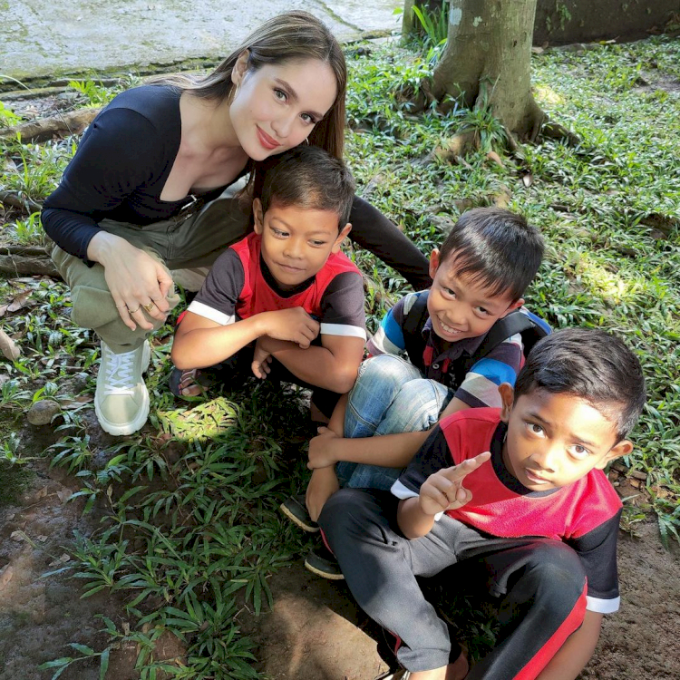 Peduli Pendidikan, 7 Potret Cinta Laura Kunjungi Anak Pedalaman - Foto 3
