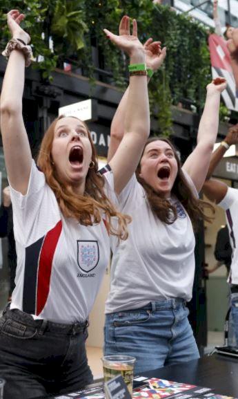 5 Potret Ekspresi Liar Fans Inggris Rayakan Lolos ke 16 Besar Piala Eropa 2020 - Foto 5