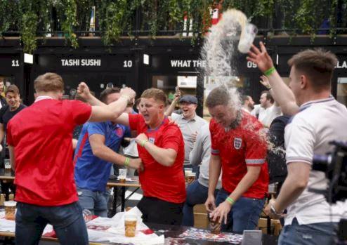 5 Potret Ekspresi Liar Fans Inggris Rayakan Lolos ke 16 Besar Piala Eropa 2020 - Foto 1