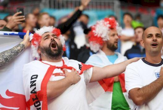 5 Potret Ekspresi Liar Fans Inggris Rayakan Lolos ke 16 Besar Piala Eropa 2020 - Foto 2