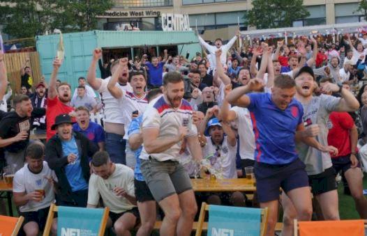 5 Potret Ekspresi Liar Fans Inggris Rayakan Lolos ke 16 Besar Piala Eropa 2020 - Foto 3