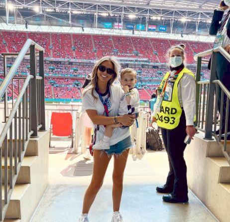 5 Potret Kompaknya WAGs Timnas Inggris Dukung Pasangan - Foto 5