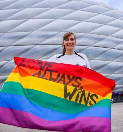 Dilarang UEFA, 5 Potret Stadion Jerman dan Fans dengan Atribut Pelangi - Foto 5