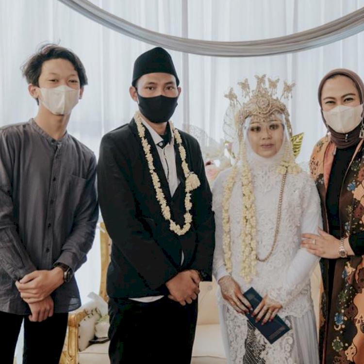 7 Potret Bupati Karawang Cellica Nurrachadiana dan Putra Sulungnya, Bak Kakak Beradik - Foto 3
