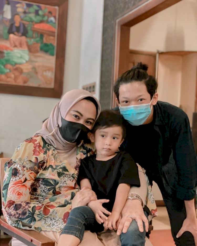 7 Potret Bupati Karawang Cellica Nurrachadiana dan Putra Sulungnya, Bak Kakak Beradik - Foto 6