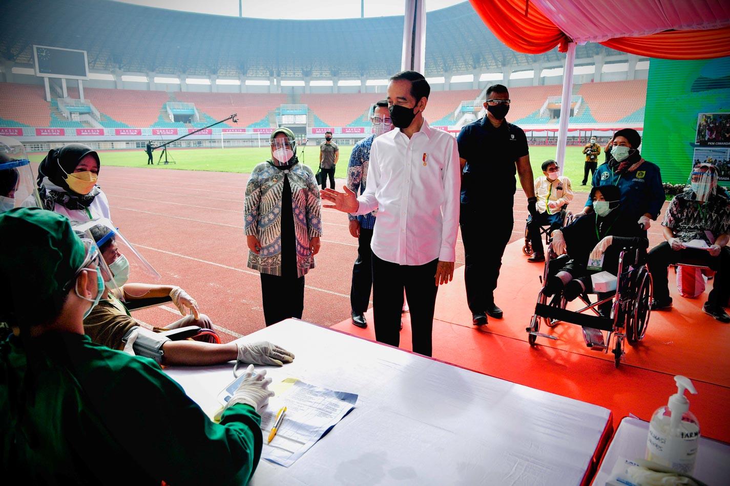 Presiden Jokowi Tinjau Langsung Vaksinasi di Stadion Pakansari
