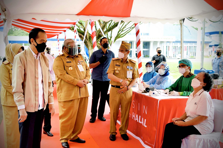Presiden Jokowi Tinjau Vaksinasi Bagi 1.400 Masyarakat dan UMKM
