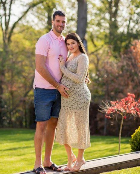 5 Foto Kehamilan Natalia Becker Istri Kiper Brasil Alisson, Memesona dan Menawan - Foto 5