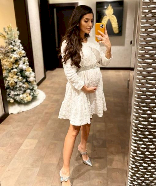 5 Foto Kehamilan Natalia Becker Istri Kiper Brasil Alisson, Memesona dan Menawan - Foto 4