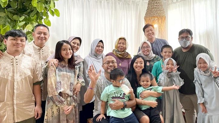 7 Potret Kehangatan Asri Welas Bareng Keluarga, Harmonis Abis - Foto 1