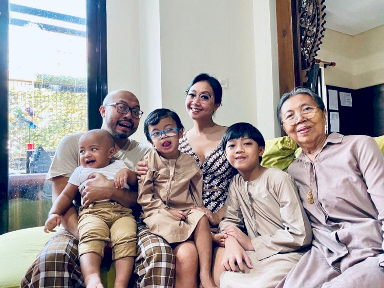 7 Potret Kehangatan Asri Welas Bareng Keluarga, Harmonis Abis - Foto 7