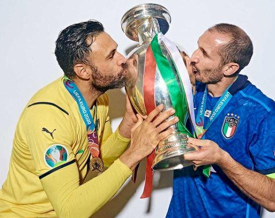 5 Foto Ekspresi Pemain Italia dengan Trofi Piala Eropa, Kayak Cium Anak - Foto 2